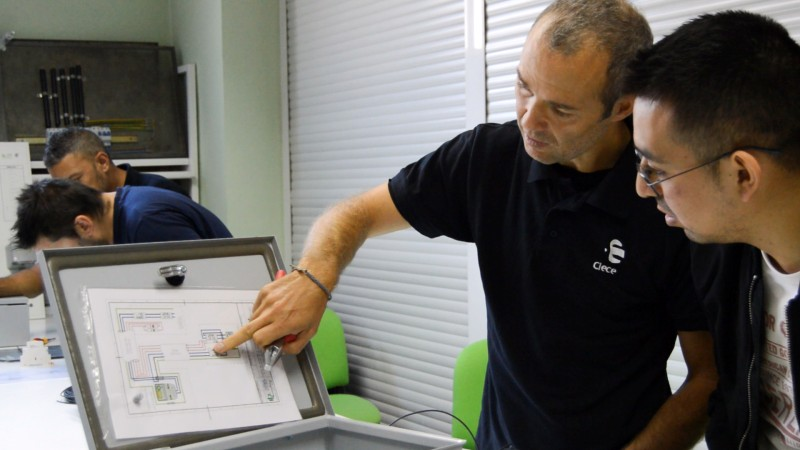 Curso puntos de recarga para vehículo eléctrico Grupo Clece interpretación de esquemas